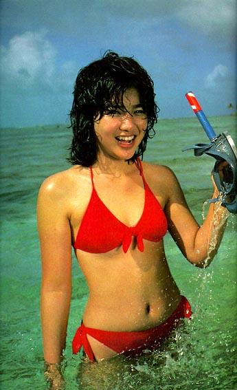 赤い水着姿でシュノーケルを手にもって笑顔の菊池桃子